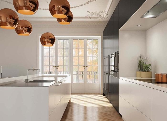 modèle de petite cuisine avec ilot central ouverte vers le salon avec plafond à déco en plâtre aux motifs volutes et floraux