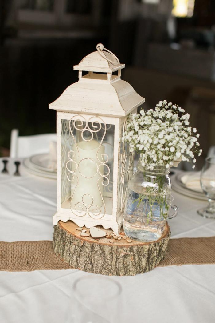 deco table mariage champetre, lanterne blanche, rondin de bois, bocal avec gypsophile