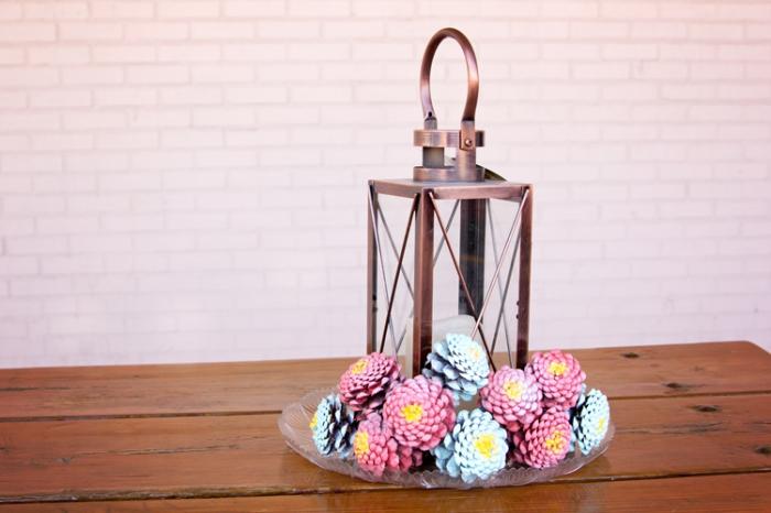 décor stylé avec objets diy faciles, peindre pommes de pins en couleurs, panier avec pommes de pins à design floral colorées