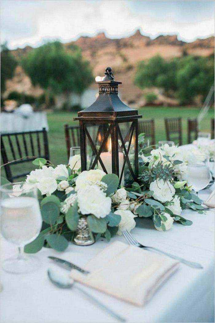 déco mariage champêtre à faire soi-même, lanterne métallique, arrangement de fleurs blanches