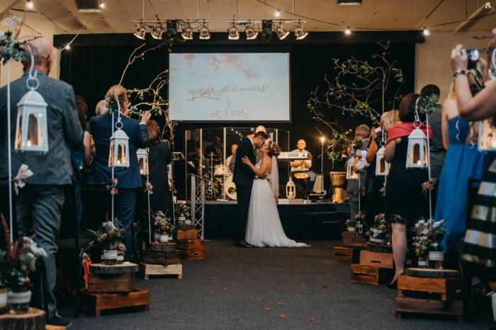 deco mariage champêtre chic à faire soi-même, lanternes blanches avec support créé de caissons, scène avec instruments musicaux, mariage romantique