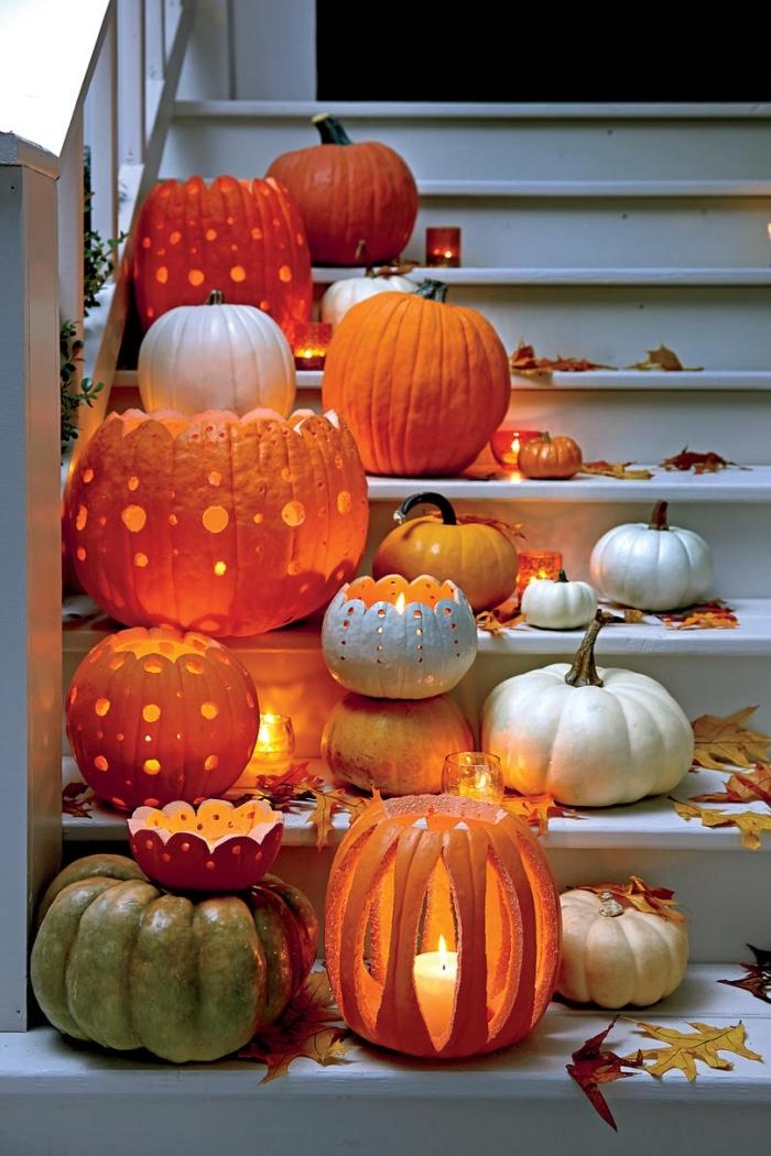 comment décorer extérieur pour la fête Halloween avec petites et grandes citrouilles, faire lanterne avec citrouille creusée