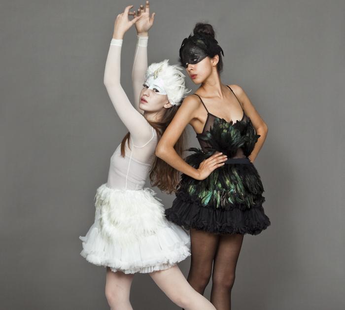 Idée déguisement le cygne noir et le cygne blanc, cool idee de deguisement duo, s habiller pour la fête, inspiration de film
