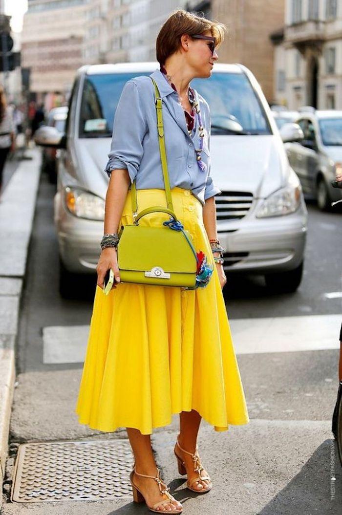 Déguisement femme année 80, vetement année 80, cool idée comment s habiller, jupe mi longue jaune, chemise jean