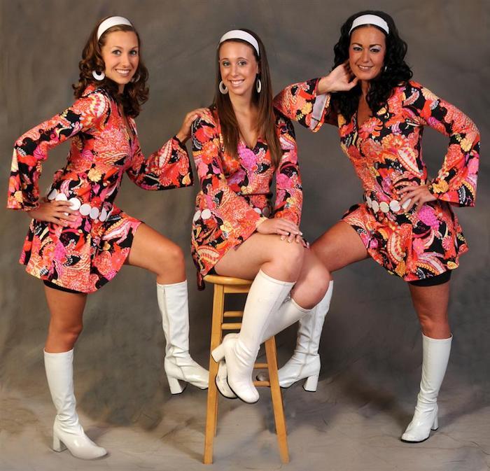 Réaliser un déguisement facile, deguisement de groupe original, soeurs deguisement adulte, les années 60s