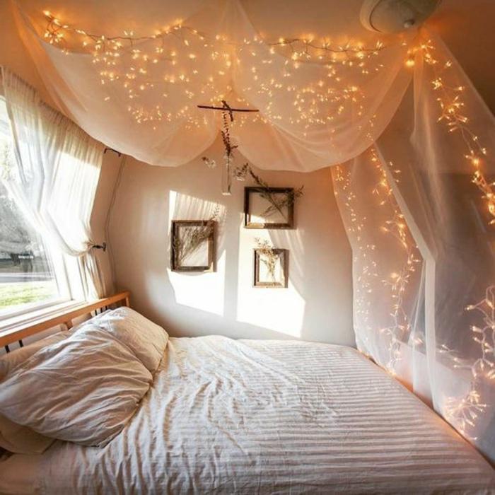 lit baldaquin, image cocooning de chambre accueillante, peinture murale blanche, plusieurs lampes au-dessus de voilage blanc