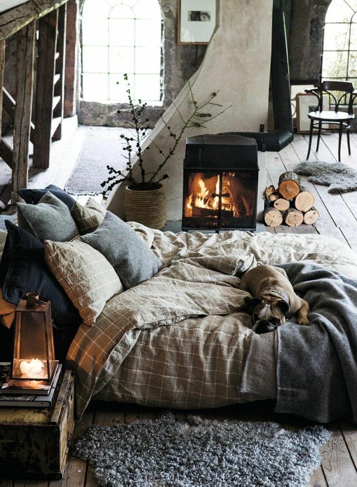 tapis fourrure, lanterne décorative, cheminée, tapis fourrure, vase avec fleurs séchées