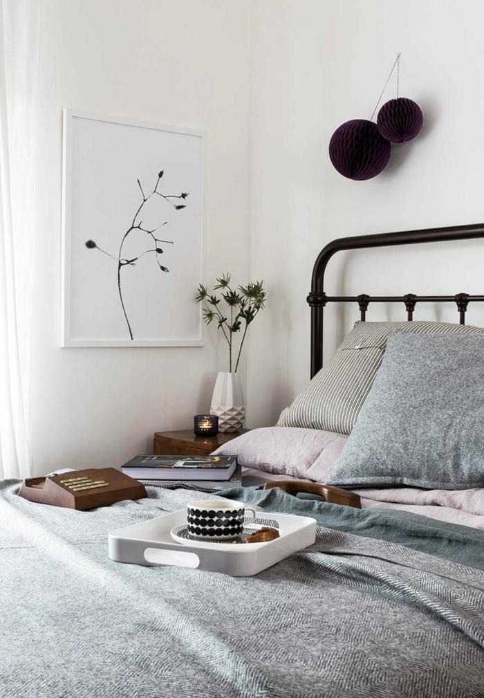 lit gris, peinture blanche et vase blanc, image cocooning de chambre à coucher style scandinave