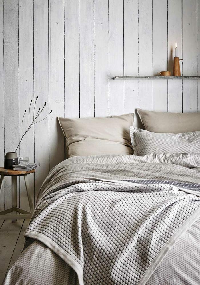 chambre à coucher gris pâle, tabouret de bois, étagère murale avec porte bougie en bois, housse de couette géométrique