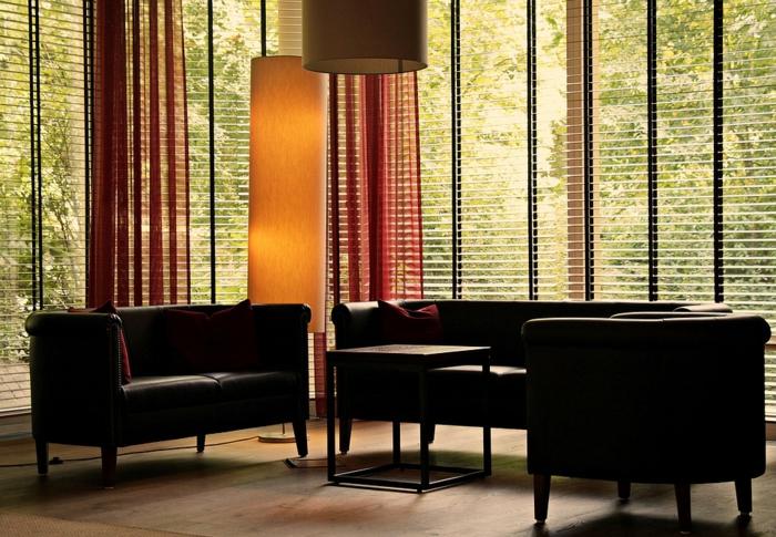 grandes fenêtres avec stores horizontales sur mesure, sofas vintage dans une maison moderne, store d'intérieur