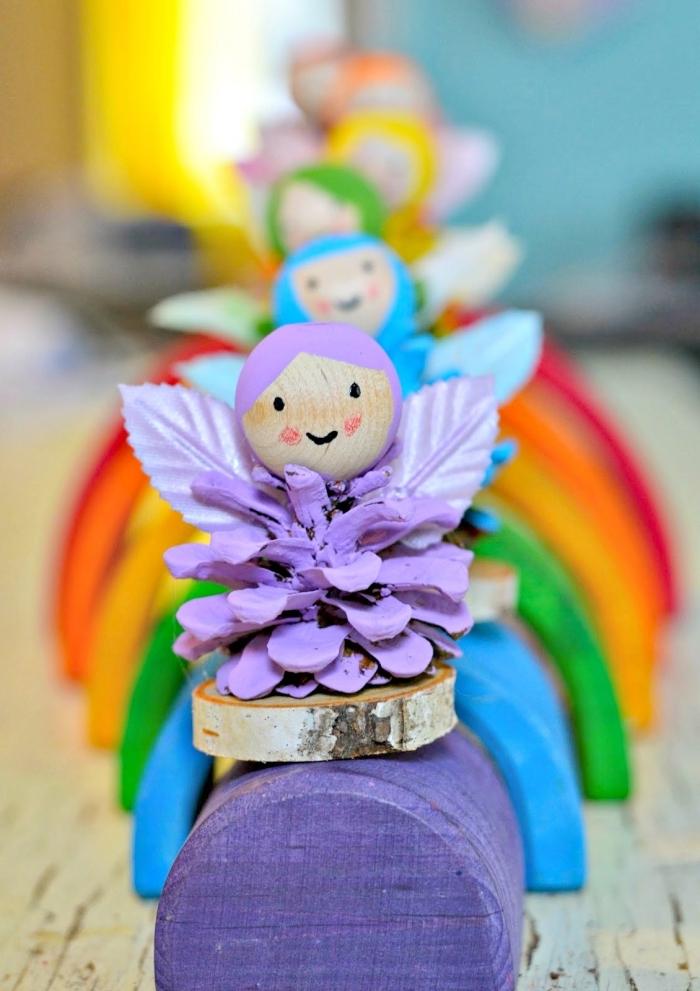 activité manuelle automne maternelle avec pommes de pin, apprendre à réaliser une figurine en pomme de pin colorée