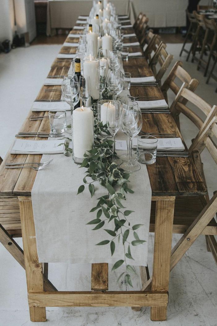 décoration de table pour un mariage champêtre, chemin de table, chaises en bois