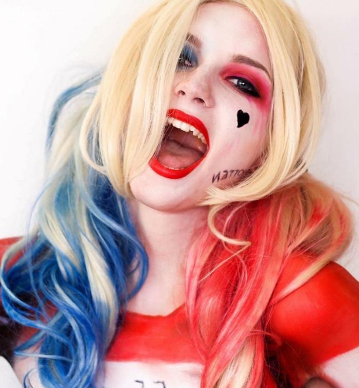 déguisement d'halloween original, maquillage harley quinn avec des yeux ombrés de fard bleu et rouge