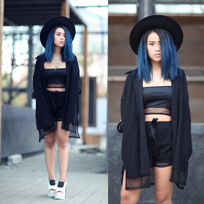 look de sorcière stylé en crop top et shorts noirs, coloration cheveux bleus ombré hair, capeline noire et gilet noir