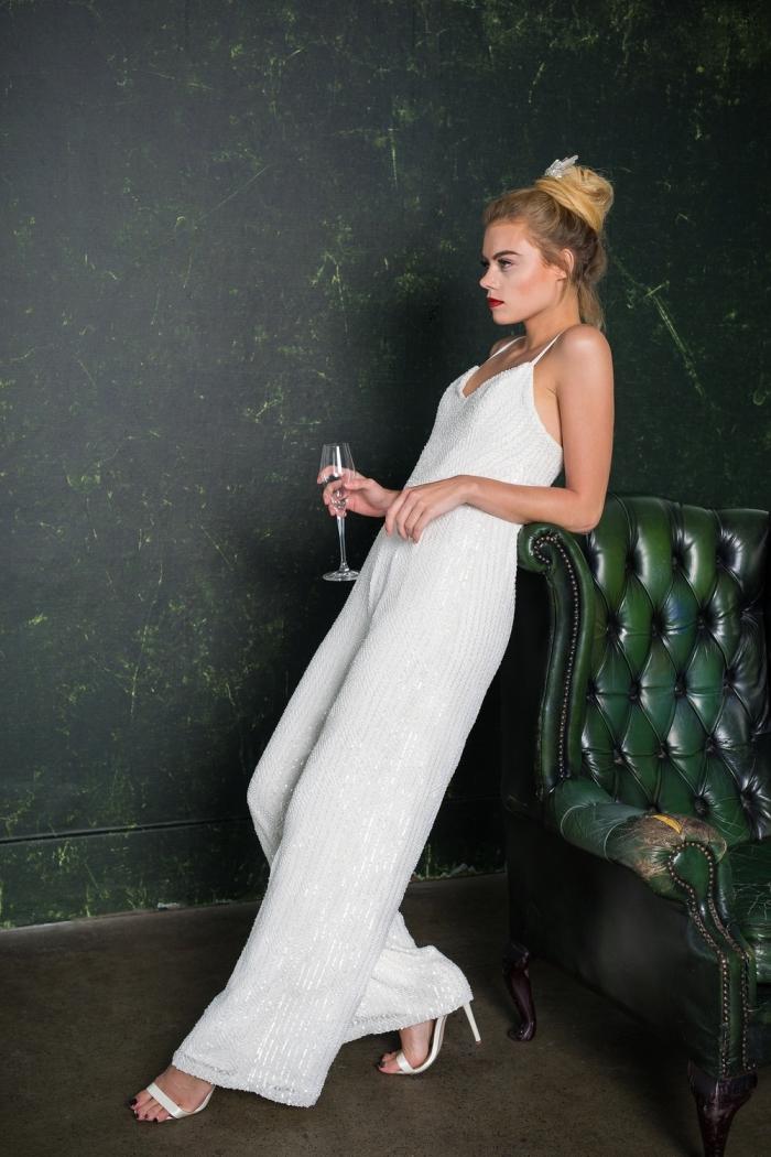modèle de combinaison chic femme pour mariage, look féminin en tenue total blanc avec sandales et maquillage à lèvres rouges
