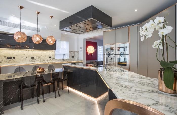 style et classe dans une cuisine ultra moderne tendance, exemple de déco luxueuse avec comptoir marbre et granite dans une cuisine moderne