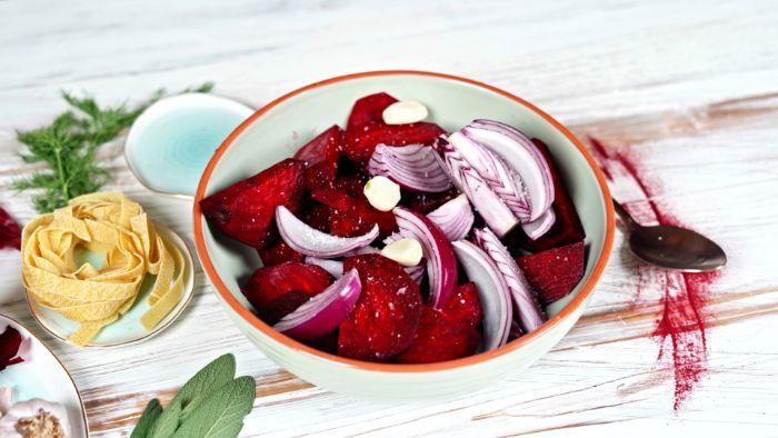 mélanger dans un bol de la betterave à l oignon rouge et des gousses d ail exemple recette halloween salé vegetarienne