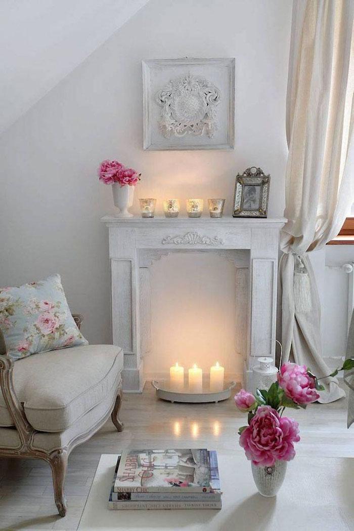 déco de salon classique romantique avec manteau de cheminée en bois blanc patine avec bougies dans foyer et vases de roses