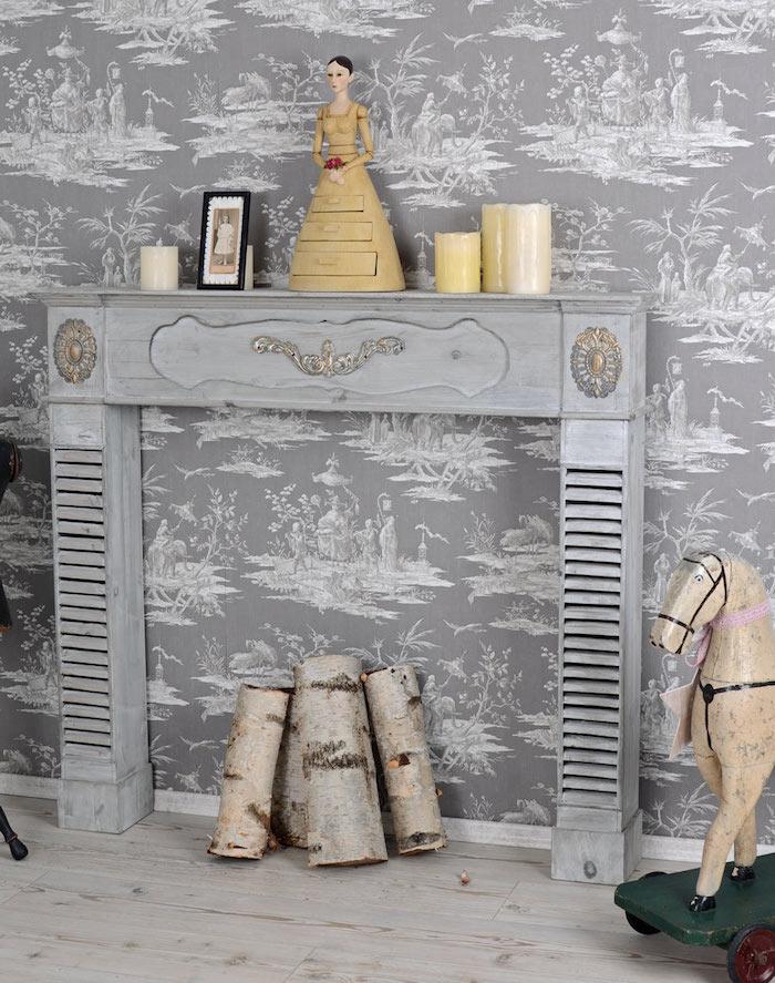 manteau fausse cheminée en bois ancienne pour déco classique retro sur mur tapisseire gris blanc vintage, cheval en bois ancien