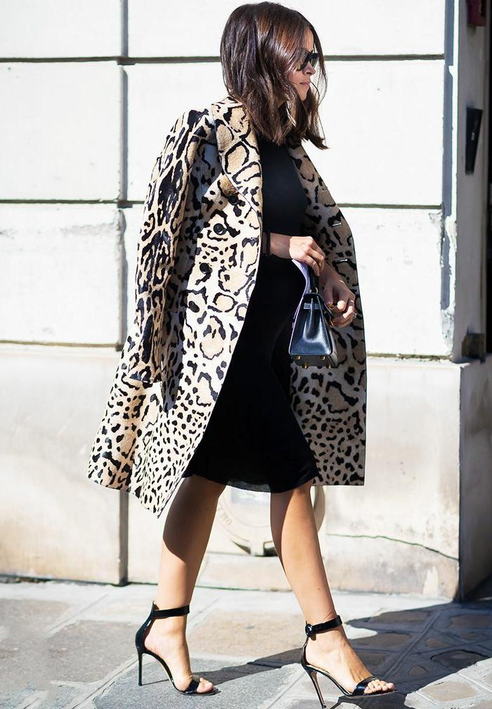 robe droite noire, manteau long aux imprimés animaux, sandales, tenue de mariage femme invitée