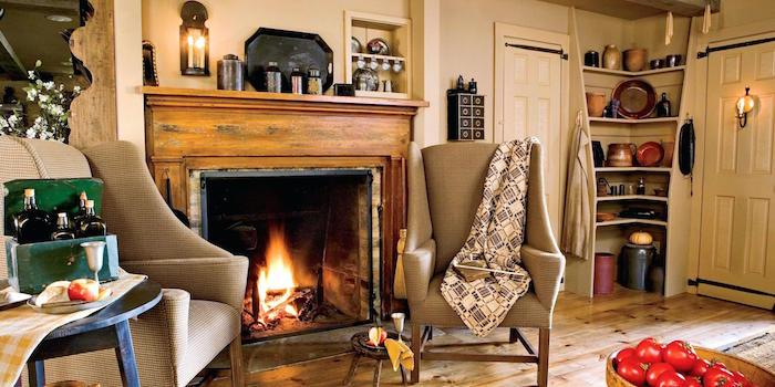 salon avec déco rustique vintage avec cheminée à manteau en bois et sol en parquet