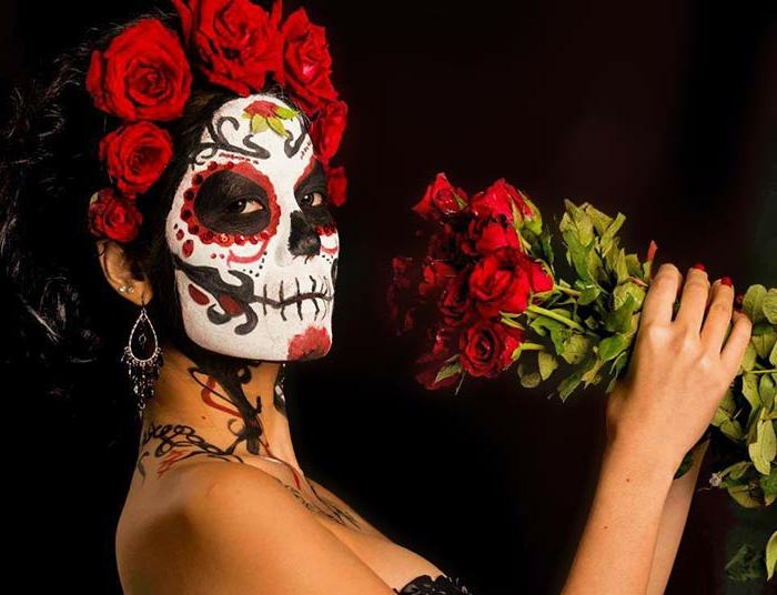 femme maquillée pour le carnaval des morts au Mexique, couronne de roses, bouquet de roses, maquillage halloween squelette