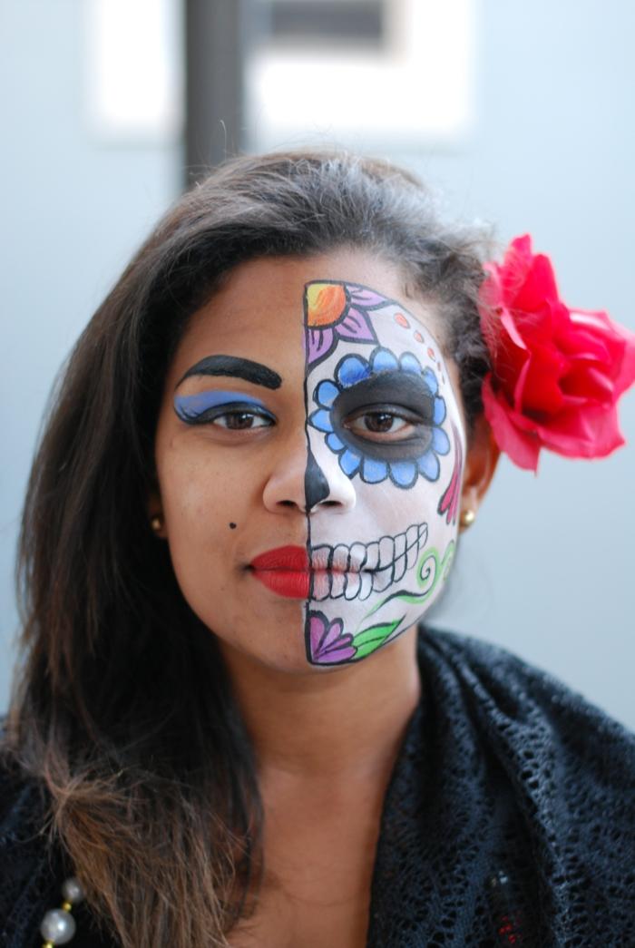 visage demi maquillé, maquillage de halloween squelette en couleurs festives