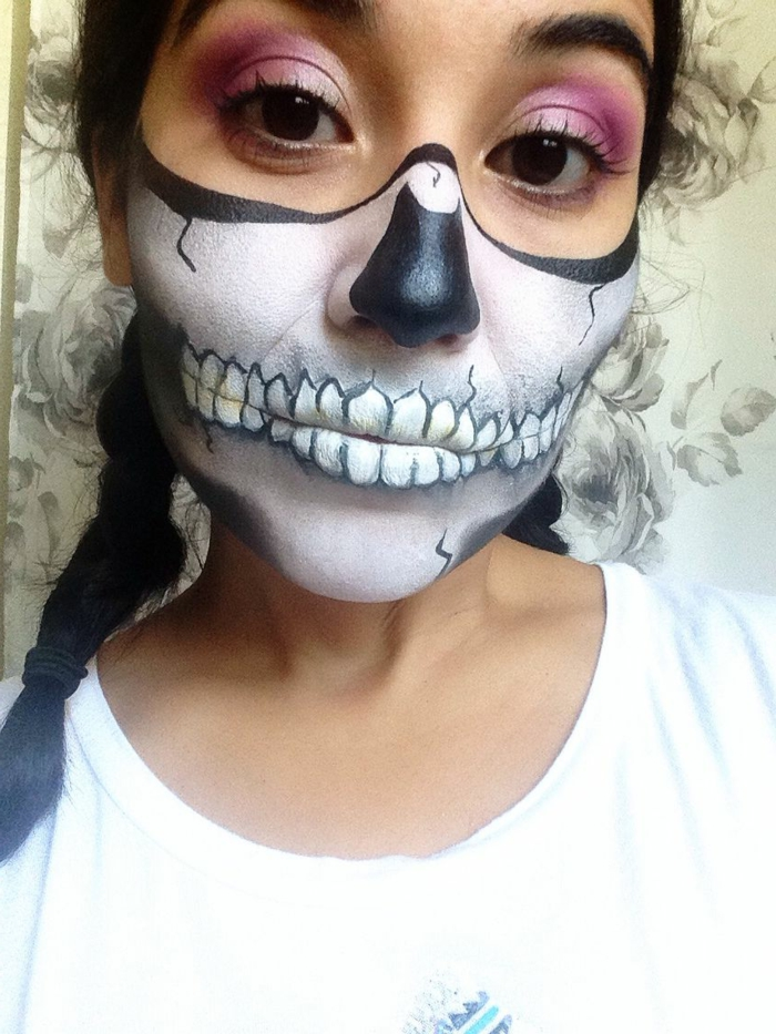 jeune fille, maquillage de halloween squelette, fard à paupière mauve, nez noir, bouche de squelette