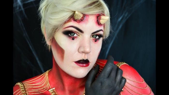 maquillage diable glamour avec smoky eyes en rouge et noir, rouge à lèvres dégradé et un trait de fard intense et net au niveau des pommettes