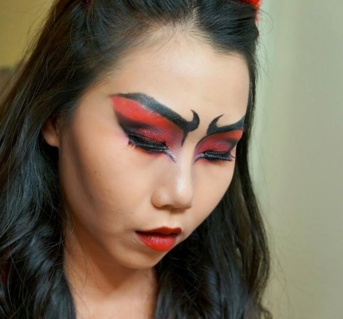 un maquillage diable très facile à réaliser, maquillage yeux noir et rouge effet masque