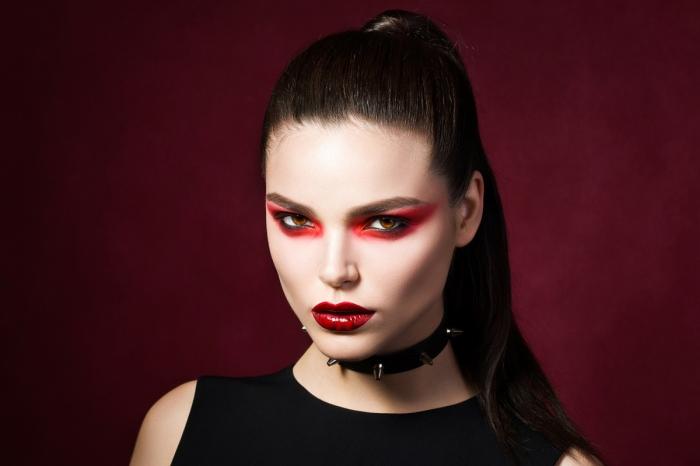 idée de maquillage de diablesse effet halo rouge autour les yeux et des lèvres couleur rouge carmin