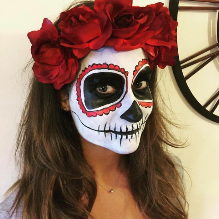 jeune fille maquillée avec couronne rouge, visage blanc, orbites noires entourés de cercles rouges
