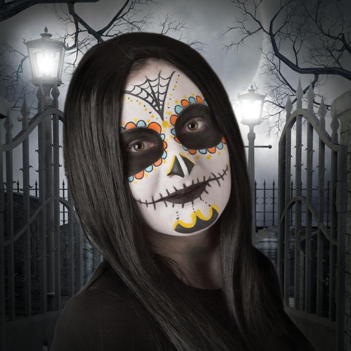 fille maquillage halloween squelette, cheveux noirs, visage blanchi, peinture sur visage colorée et esthétique
