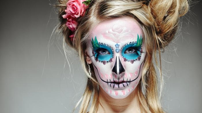 maquillage halloween squelette, dessins dur visage avec peintures colorées, roses dans les cheveux
