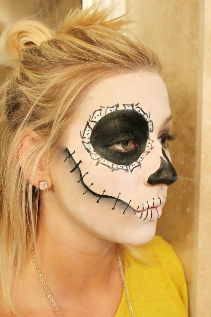 maquillage halloween tete de mort, demi crâne en noir et blanc, cheveux blancs, visage maquillage contour yeux noir