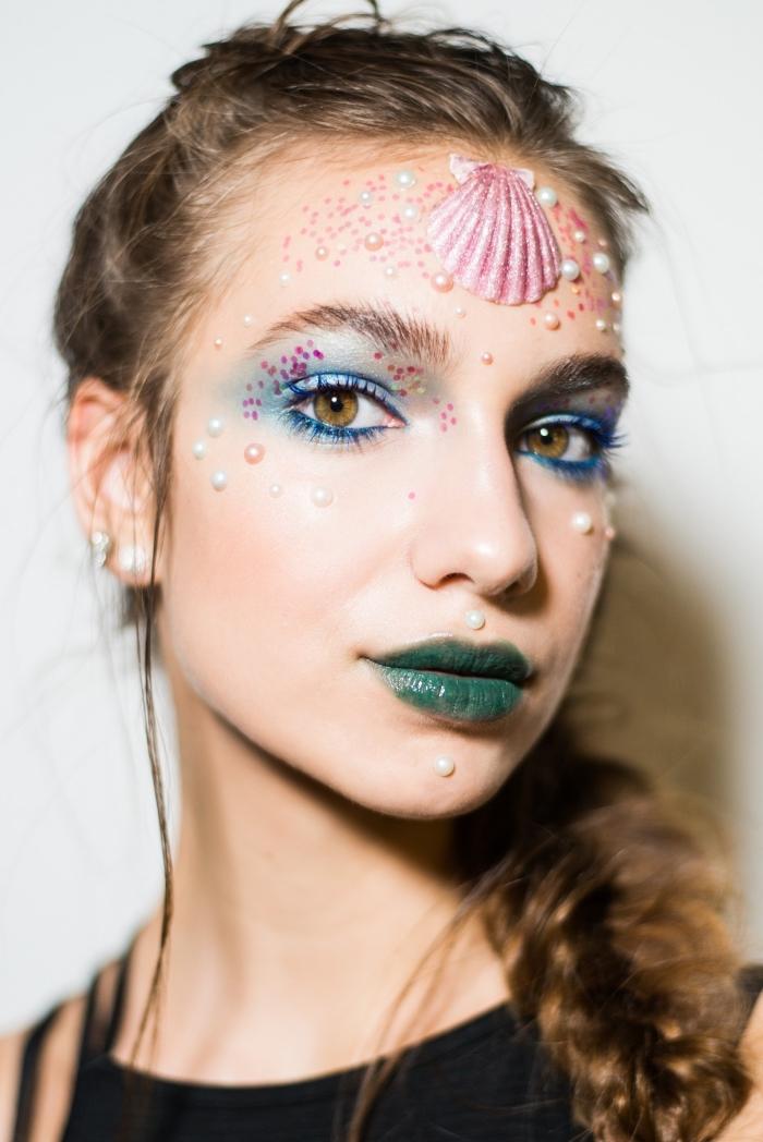 joli maquillage de sirène en couleurs froides, avec perles, paillettes et coquilles pour une touche glamour et fantaisiste