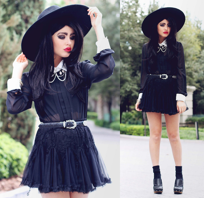 comment faire son maquillage halloween sorciere, ombre à paupières gris foncé et noir, rouge à lèvres rouge, tenue costume sorcière en chemise noire, jupe noire, ceinture et bottines femme