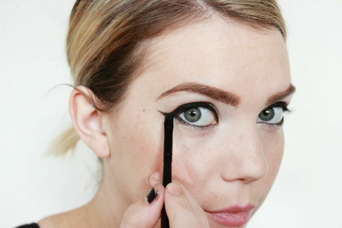 tuto maquillage halloween rapide et facile pour réaliser un déguisement de chat de dernière minute, maquillage yeux de chat à l'eye-liner