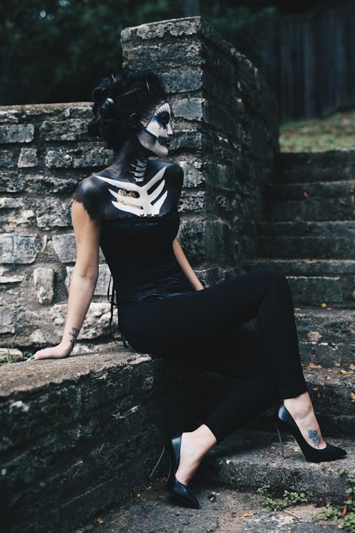 maquillage squelette, femme en noir, squelette dessinée à la poitrine, cheveux noirs