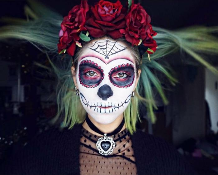 blouse dentelle noire, collier gothique, couronne de fleurs rouges, toile d'arraignée au front