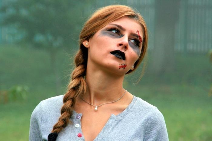 un maquillage halloween zombie très facile à réaliser avec quelques fausses plaies, bouche noire et cernes noires au-dessous des yeux