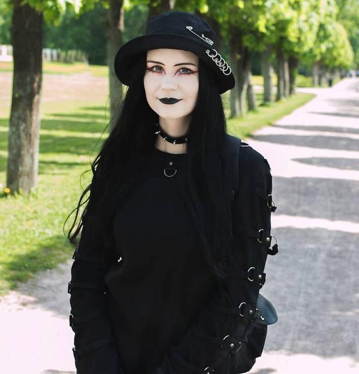 maquillage sorciere halloween style gothique, rouge à lèvres noir, visage blanchi, maquillage rose autour les yeux, collier ras du cou, chapeau melon, blouse gothique