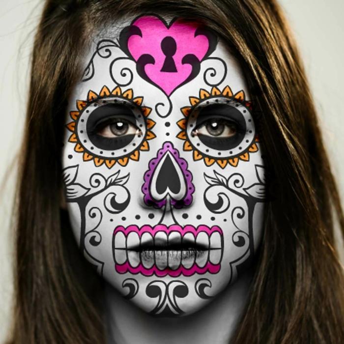 maquillage halloween squelette composé, visage peint aux couleurs festives, une serrure au front, dents roses