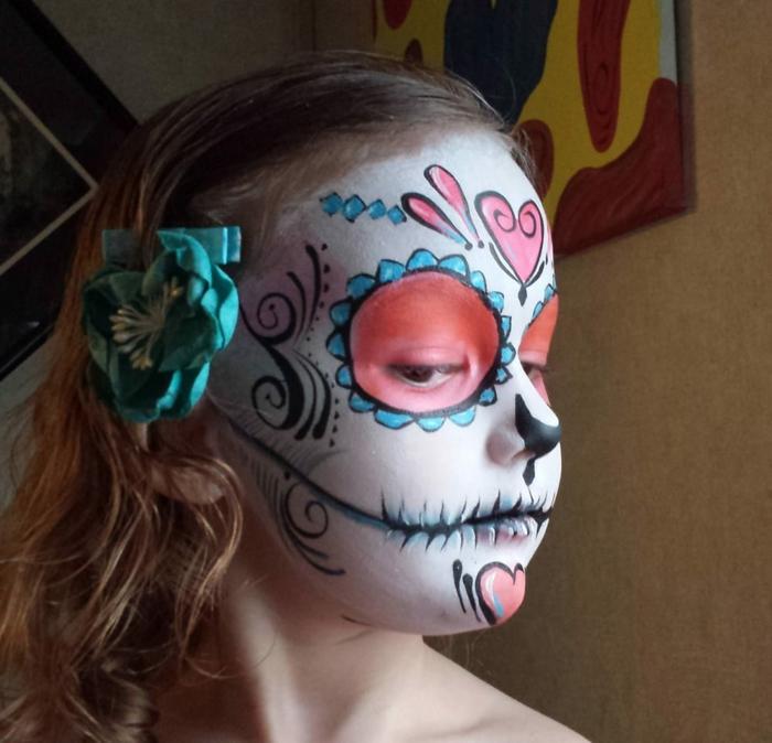 choisir le maquillage squelette enfant, cercles rouges autour des yeux, lèvres grotesques, coeurs rouges