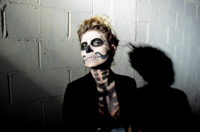 joli maquillage squelette facile et rapide réalisé avec du fard blanc et du fard noir combiné avec un tailleur chic noir