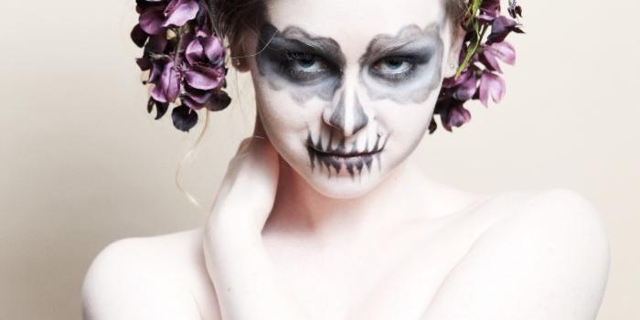 maquillage d'halloween à la fois glamour et macabre de tête de mort mexicaine au teint blafard et au vsiage peint