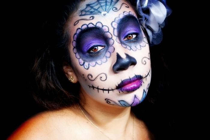 maquillage halloween squelette, orbites bleues, lèvres lilas, nez peint, fleur dans les cheveux