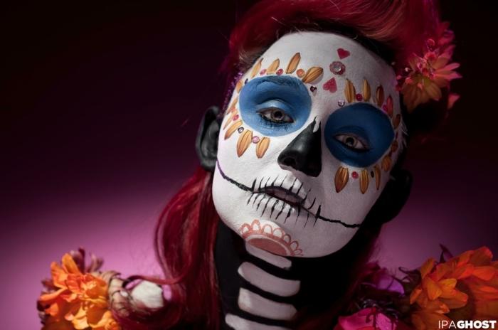 maquillage halloween tete de mort, femme maquillée comme squelette pour la fete