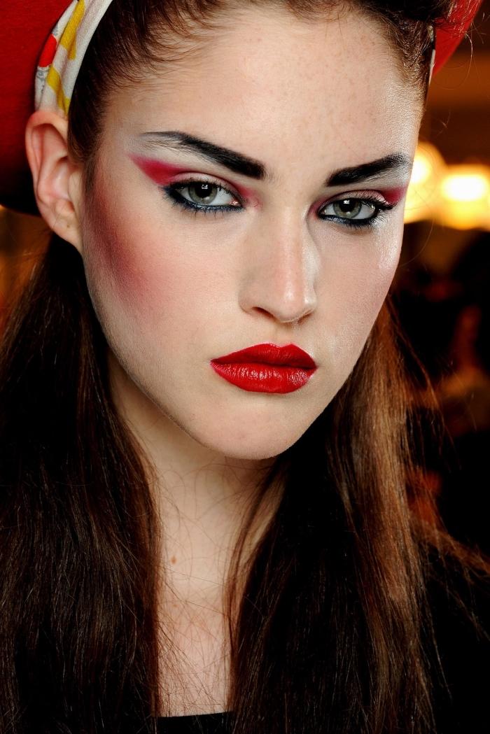 idée maquillage de diablesse glamour avec un regard bien défini rouge et noir et un rouge à lèvres carmin