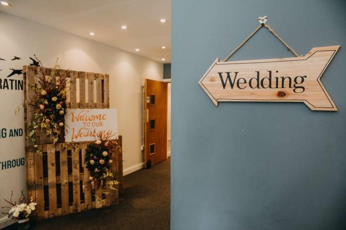 tableau de réception de mariage champêtre chic en palette, tableau welcome to wedding,